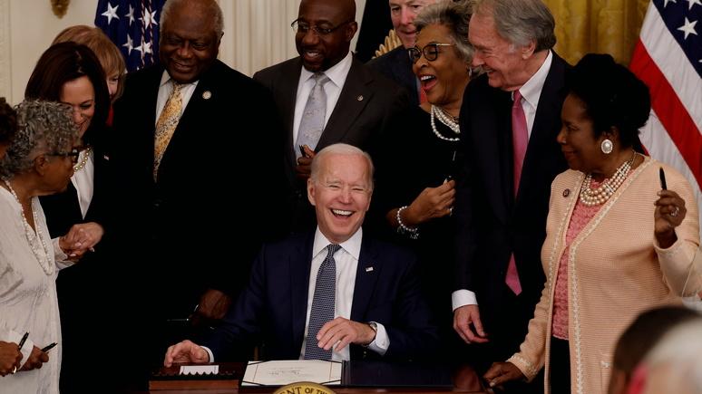 Insider: «первородный грех Америки» — Байден признал День отмены рабства государственным праздником