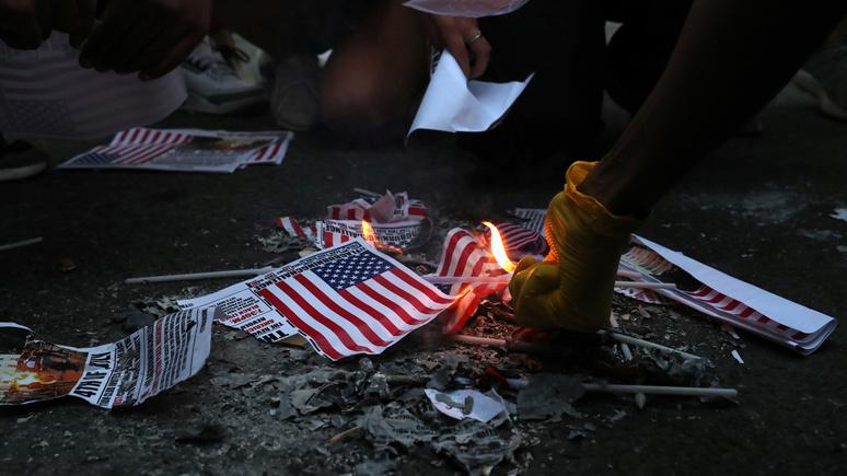 Hill: активисты BLM объявили американский флаг «символом ненависти и расизма»