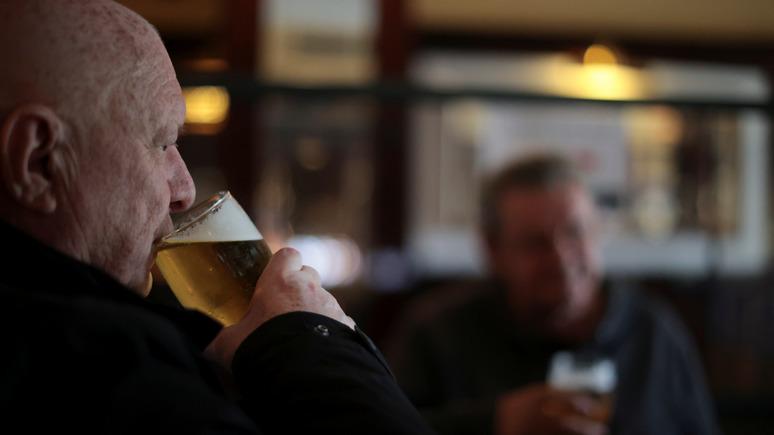 Guardian: работодатели заманивают сотрудников обратно в офисы пивом и попкорном