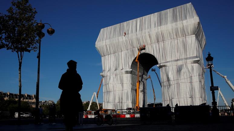 «Мешок для мусора» — парижская общественность не оценила «Триумфальную арку в обёртке»