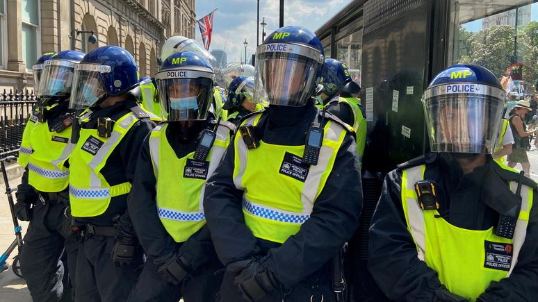 Telegraph: «слишком устрашающие» — в Британии предложили изменить дизайн полицейских бронекостюмов