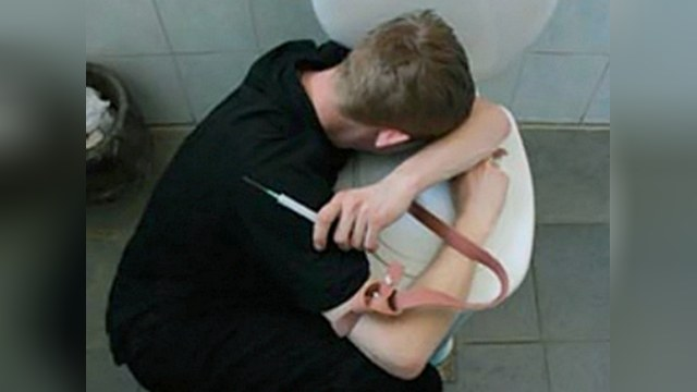 Российских наркоманов лечат голодом и изоляцией