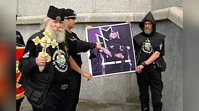 В Москве сожгли портрет певицы Мадонны
