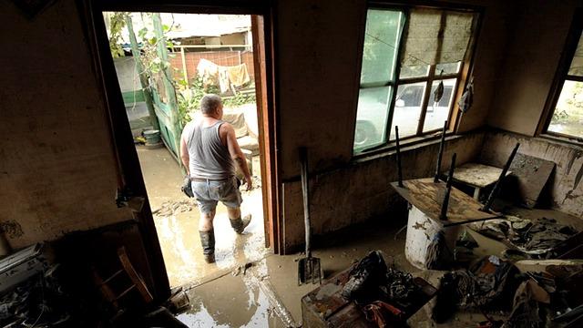 Жители Крымска ремонтируют дома за собственный счет