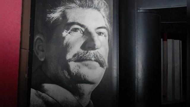 День:  Российской власти нет резона расставаться со Сталиным
