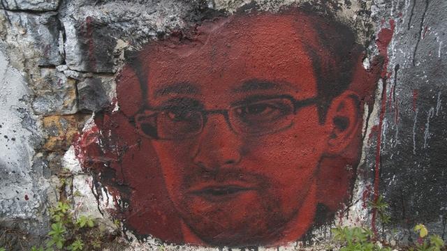 Сноуден: Америка шпионит за миром через Windows и Skype