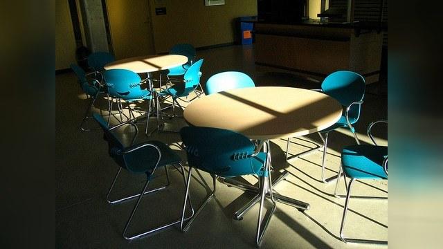 Из-за нехватки  учеников  в России закроют более 700 школ