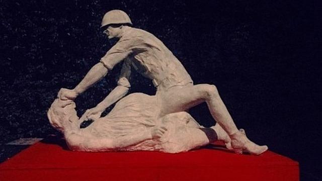 В Гданьске установили и убрали скульптуру «советского насильника»