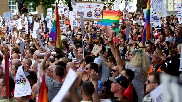 Buzzfeed: Российские власти не спешат отбирать детей у геев
