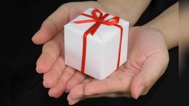 Чиновников обязали расплачиваться за дорогие подарки