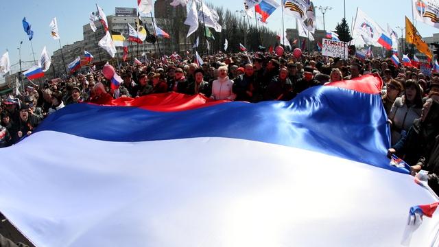 Протестующие в Донецке подняли над зданием администрации флаг России