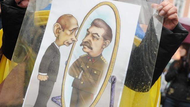 LAT: «Лжи про фашистов» Путин научился у Сталина