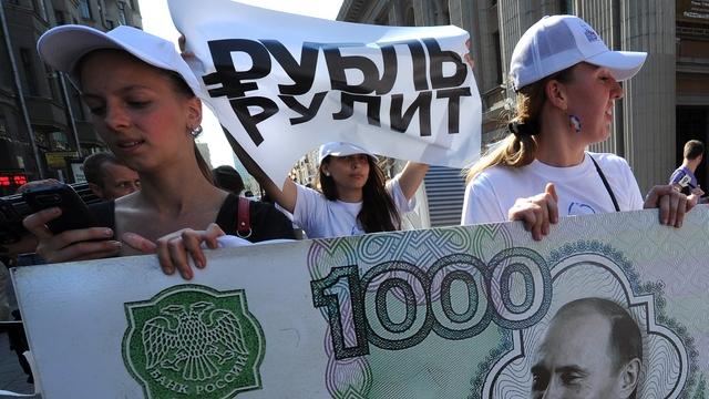 Forbes: «Нефтерубль» и «нефтеюань» не ослабят власти доллара
