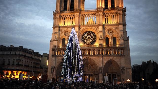 Figaro: Москва поделилась с Парижем ёлкой, несмотря на «Мистраль»