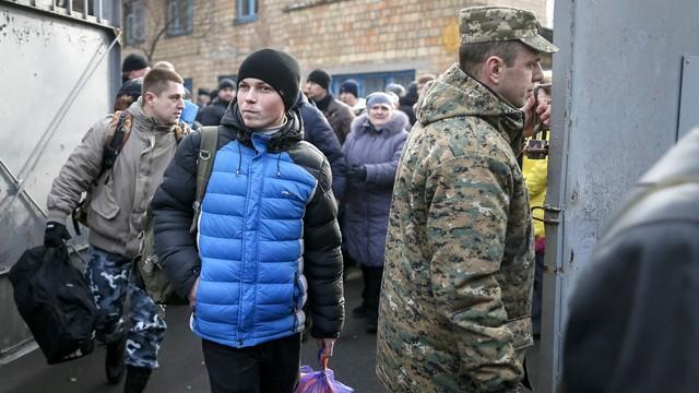 Без справки из военкомата украинских призывников не выпустят даже из области
