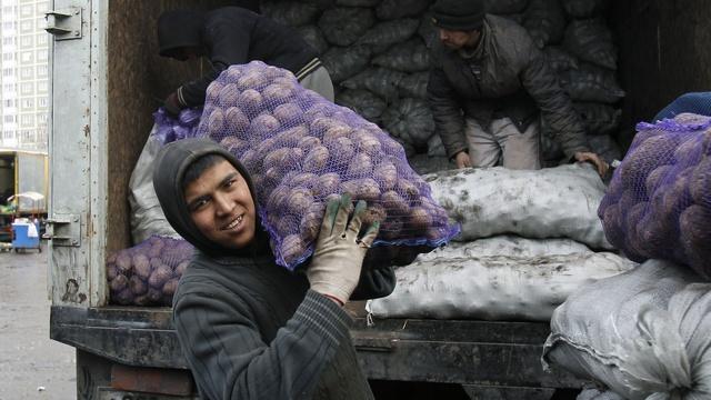 EurasiaNet: На мигрантов в России давит рубль и новые правила