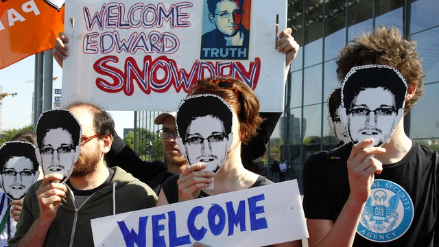 Le Monde: США пригрозили Германии санкциями, если она приютит Сноудена