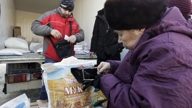 Le Monde: В кризис россияне экономят на еде и занимаются ремонтом