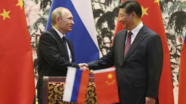 Le Monde: «Русский мир» и «китайская мечта» привели Запад в панику