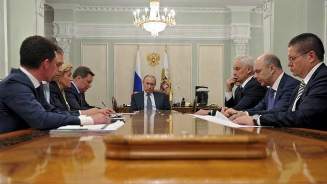 Inquisitr: Путин не распускает кабмин - значит, намерен стать диктатором
