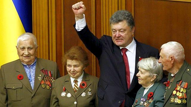 Порошенко: Украина не будет праздновать День Победы по российскому сценарию