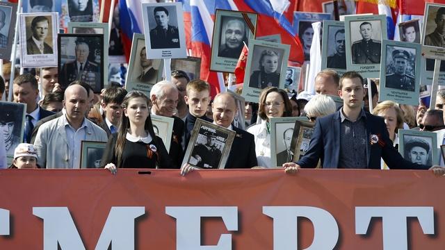 BBC: Сотни тысяч москвичей встали под знамена «Бессмертного полка»