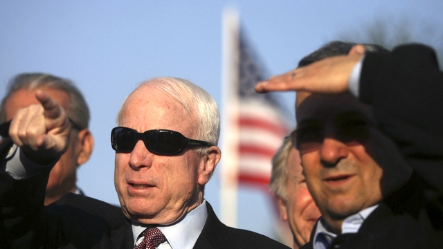 Bloomberg: Маккейн намерен лишить Россию денег, а Пентагон - космоса