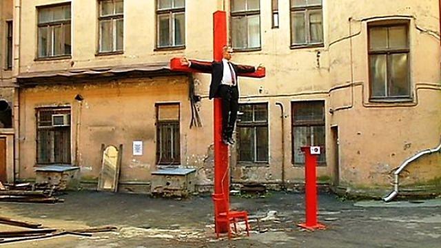 Во дворе рижского КГБ распяли статую Путина