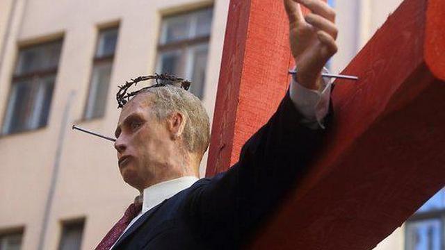 Москва возмущена «распятым Путиным» в Риге