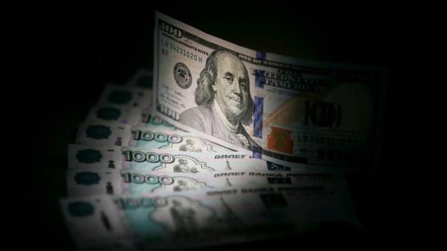 Forbes: Россия не любит «зеленые бумажки», но альтернативы им не видит