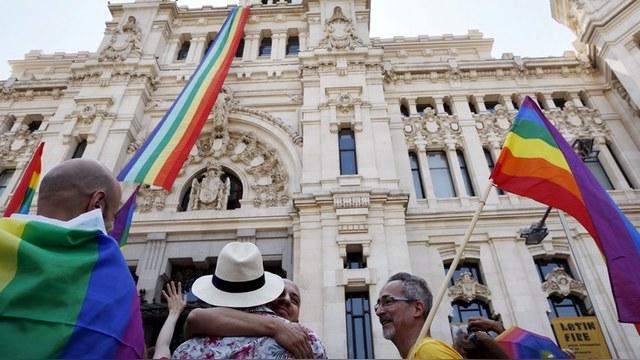 «Гетерофлаг» от Единой России обидел геев Испании