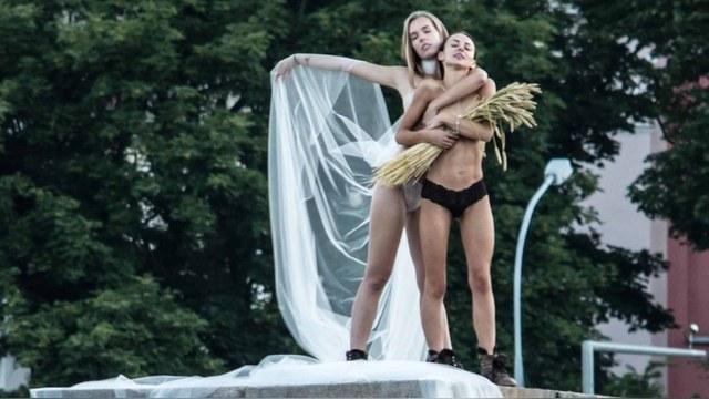 Советские скульптуры в Вильнюсе заменили на голых женщин