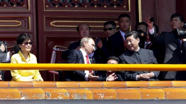 Sina.com: Путин пришел на парад последним на правах друга