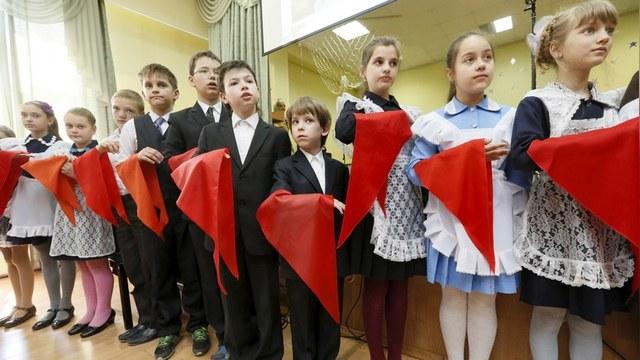 DT: Российские депутаты просят Путина вернуть пионеров и комсомольцев
