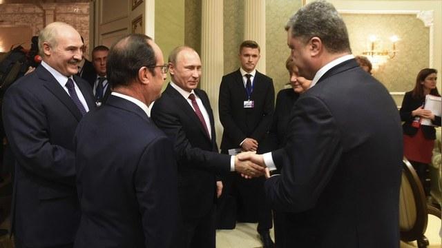 112: Украинскому ТВ запретили показывать рукопожатие Путина и Порошенко