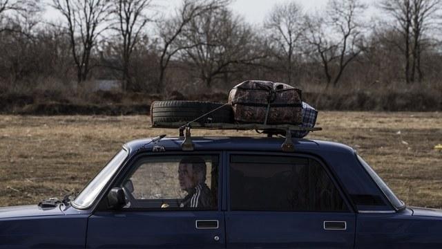 Пересечение линии разграничения в Донбассе: километровые очереди и взятки