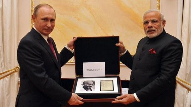 Путин подарил индийскому премьеру меч и автограф Ганди