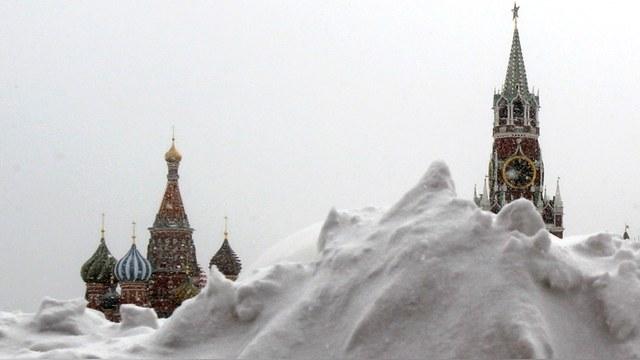 Обильный снегопад заставил москвичей постоять в пробках