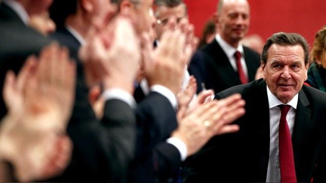 Шрёдер: Санкции и войска НАТО у границ РФ противоречат интересам Германии