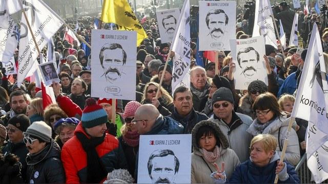 Bloomberg: За протестами в поддержку Валенсы Варшава увидела руку Кремля