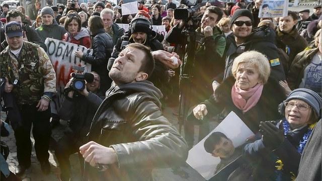 Украинская правда: Сторонники Савченко закидали посольство РФ яйцами