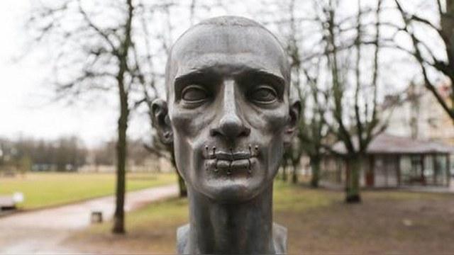 В Вильнюсе открыли памятник «идеальному гражданину» Павленскому