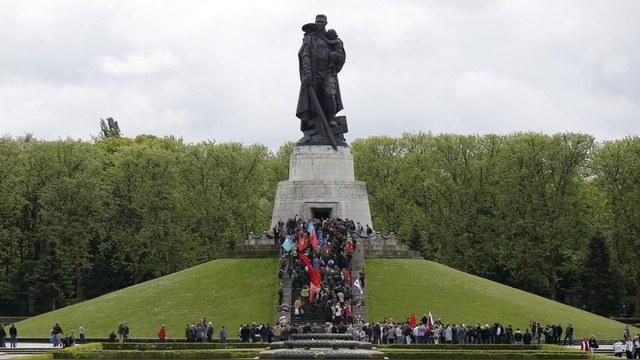 Guardian: Россия возмущена идеей «плясок на костях» в Трептов-парке
