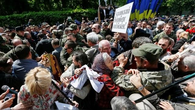 112 Украина: Украинский День Победы прошел под драки и снос памятников