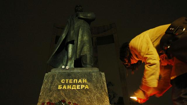 Вести: Украинских школьников научат гордиться Бандерой
