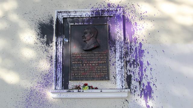 В Крыму мемориальную доску Сталину облили краской