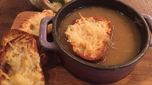BuzzFeed: Французская еда в российском исполнении – воплощение грусти