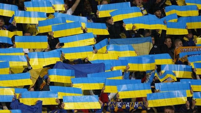 Mirror: На Евро-2016 украинские фанаты показали свастику на груди