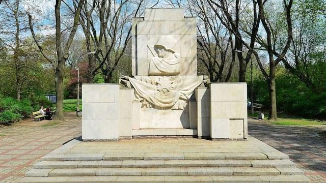 PR: Перенос советских памятников согласовывать с Россией Польша не будет