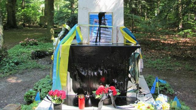 112: В Мюнхене снова осквернили могилу Бандеры